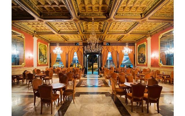 Величественное здание казино (El Casino de Torrevieja)