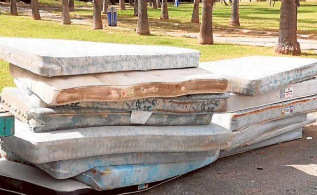 Торревьеха ведет борьбу с выброшенными матрацами