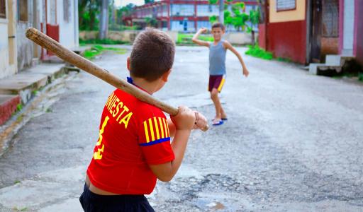 Правительство Испании изучает возможность разрешить прогулки с детьми и занятия спортом на улице